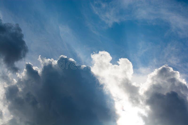 Le nuvole scure e grige si formano nel cielo fotografia stock libera da diritti