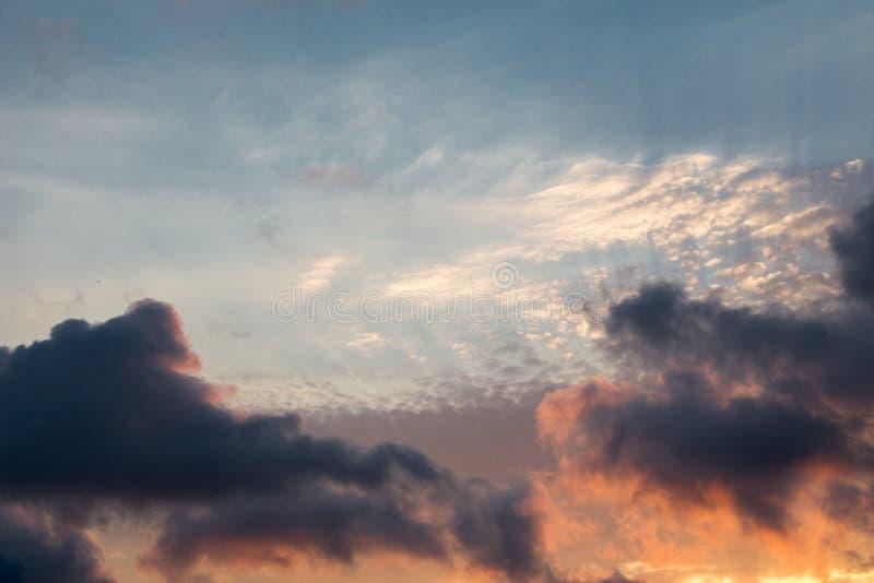 Le nuvole scure e grige si formano nel cielo immagini stock libere da diritti