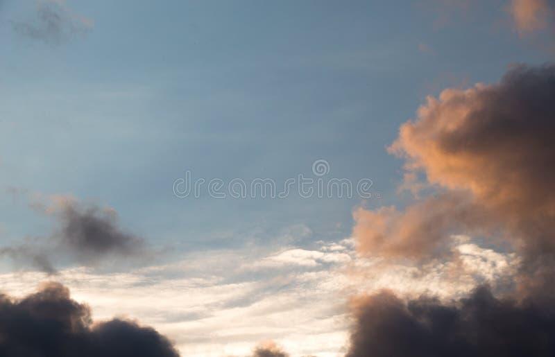 Le nuvole scure e grige si formano nel cielo immagini stock