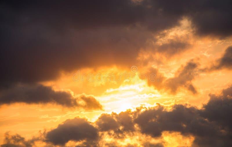 Le nuvole scure e grige si formano nel cielo immagine stock