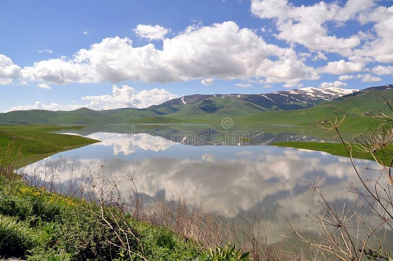 Le nuvole sono riflesse nel lago fotografia stock