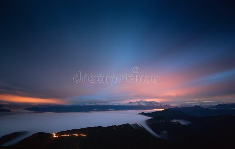 Le nuvole sul ` s della mucca appoggiano la montagna fotografia stock