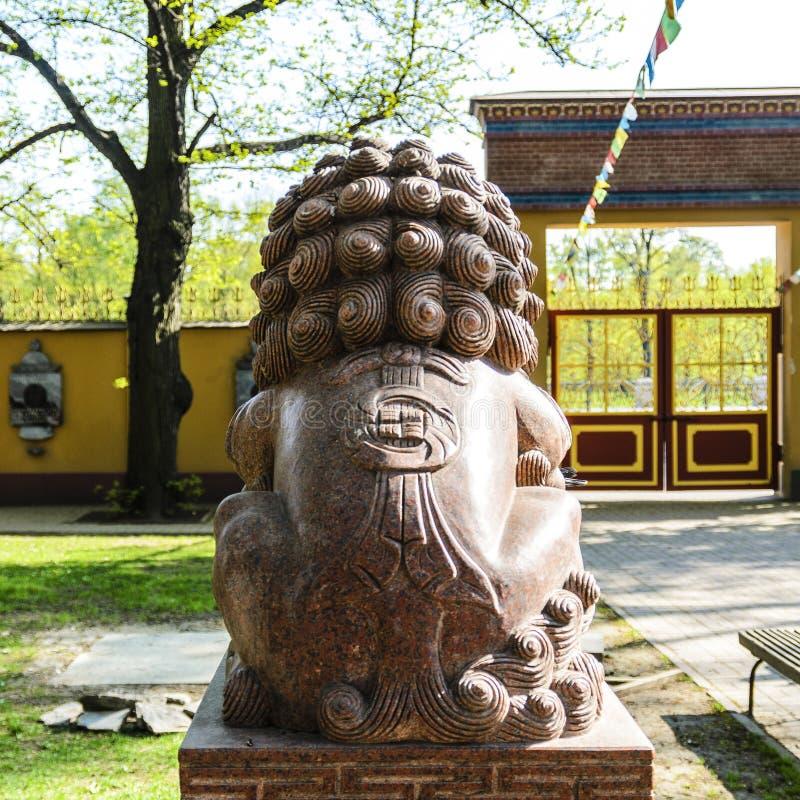 le?o terr?vel no templo da Buda, no templo dos budistas e em seu p?tio central o conceito da religi?o calma imagens de stock