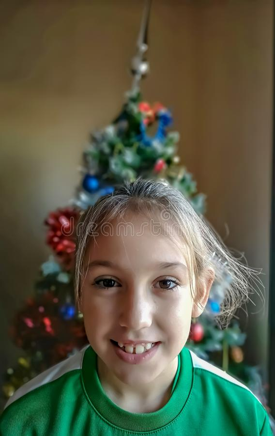 Le och lycklig flicka royaltyfria foton