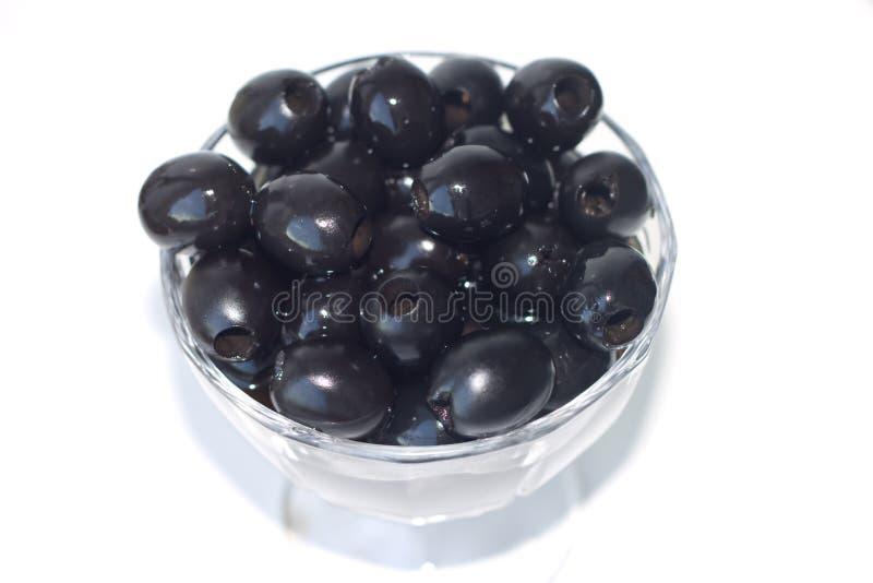 Le olive nere sono in un piccolo vaso fotografia stock libera da diritti