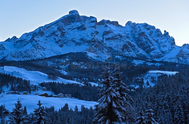 Le ombre serali di una fredda giornata invernale nelle Montagne delle Dolomiti immagini stock