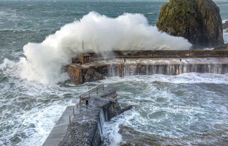 Le onde battono il porto, baia del montante, Cornovaglia immagine stock libera da diritti