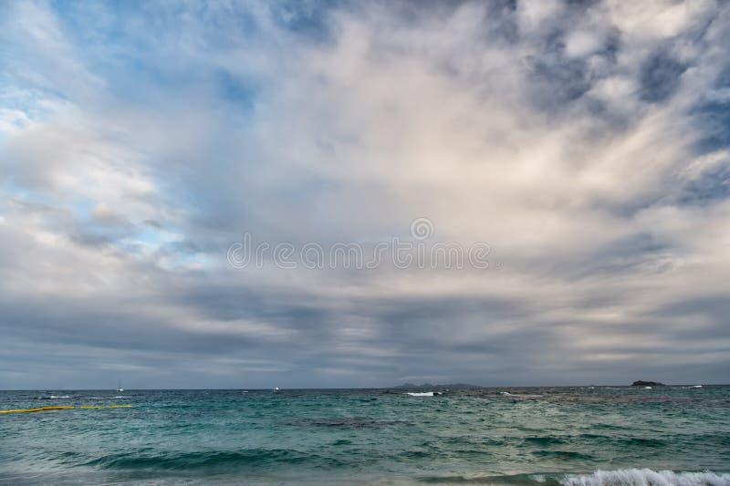Le onde che si schiantano in bella isola dei Caraibi tropicale tirano, immagini stock