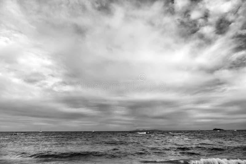 Le onde che si schiantano in bella isola dei Caraibi tropicale tirano, sint Maarten fotografia stock libera da diritti