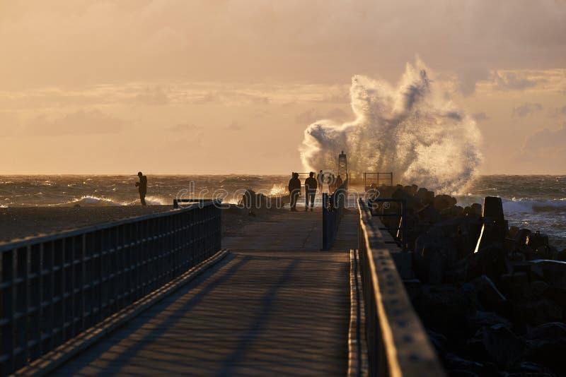 Le onde colpisce il pilastro a nr Vorupoer alla costa del Mare del Nord in Danimarca fotografie stock libere da diritti