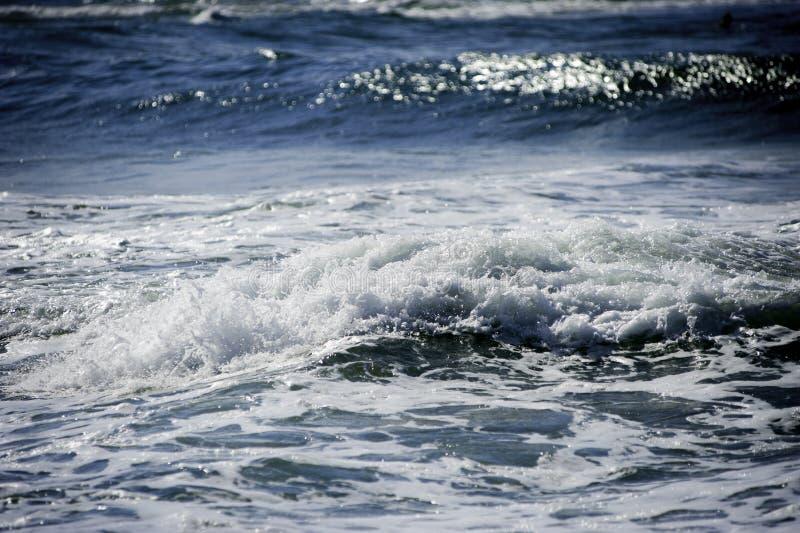 Le onde del mare creano un bello fondo vago astratto fotografia stock libera da diritti