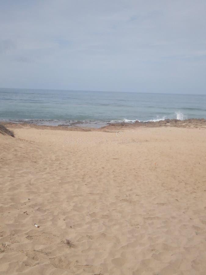 Le onde delle rocce di colpo del mare immagini stock libere da diritti