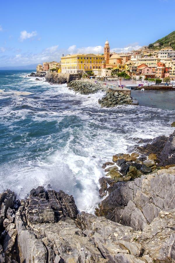 Le onde di mare agitato di Genova Liguria Italia rompono il fondo genovese pittoresco di Nervi del distretto delle rocce immagini stock