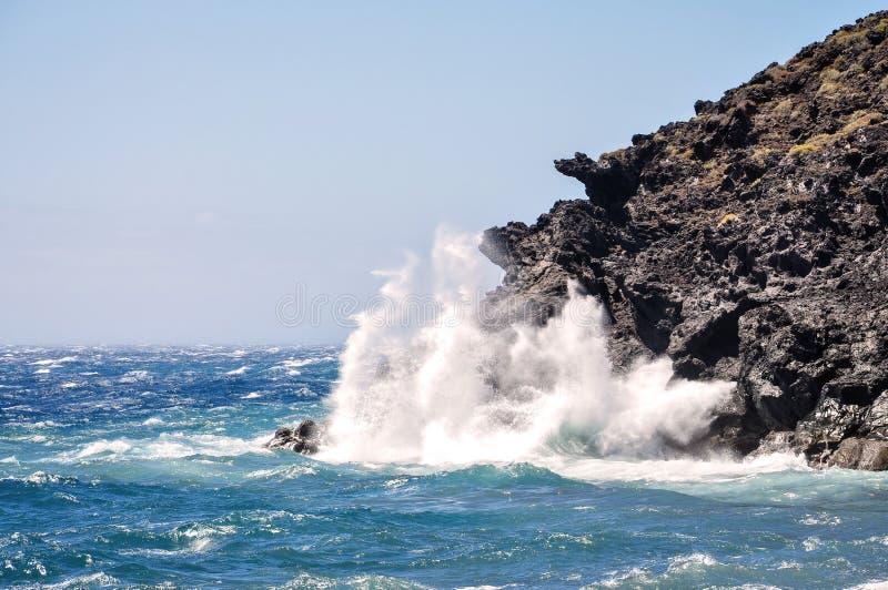 Le onde di oceano colpisce le rocce fotografia stock libera da diritti
