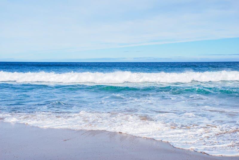 Le onde di oceano dell'estate di feste e la spiaggia, la spiaggia sabbiosa, Barwon si dirige, Victoria, Australia immagine stock