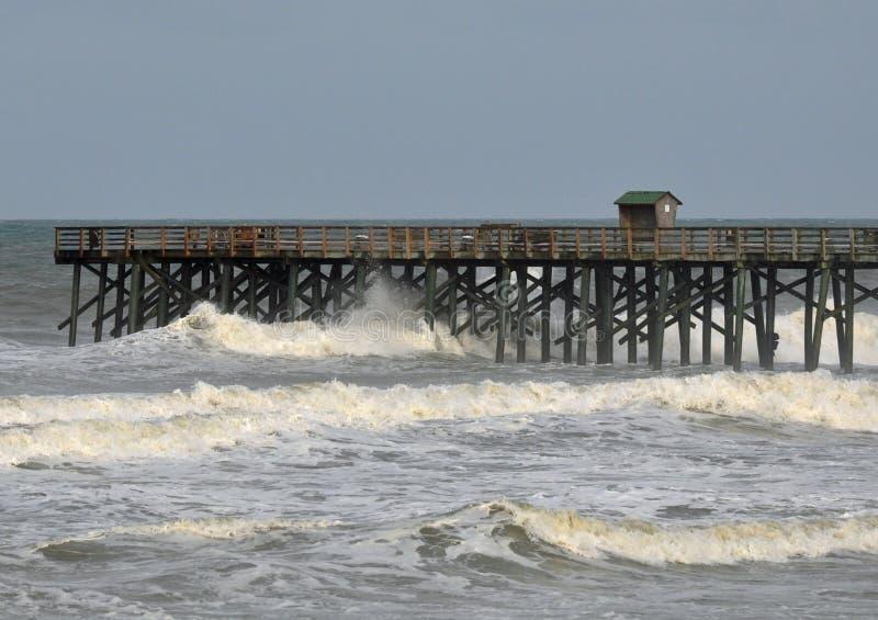 Le onde di uragano fracassano il pilastro immagine stock