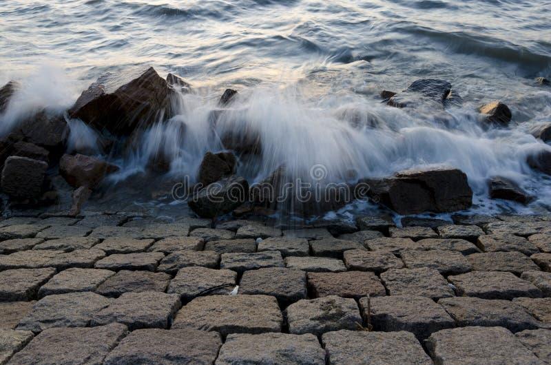 Le onde hanno colpito le rocce fotografie stock libere da diritti