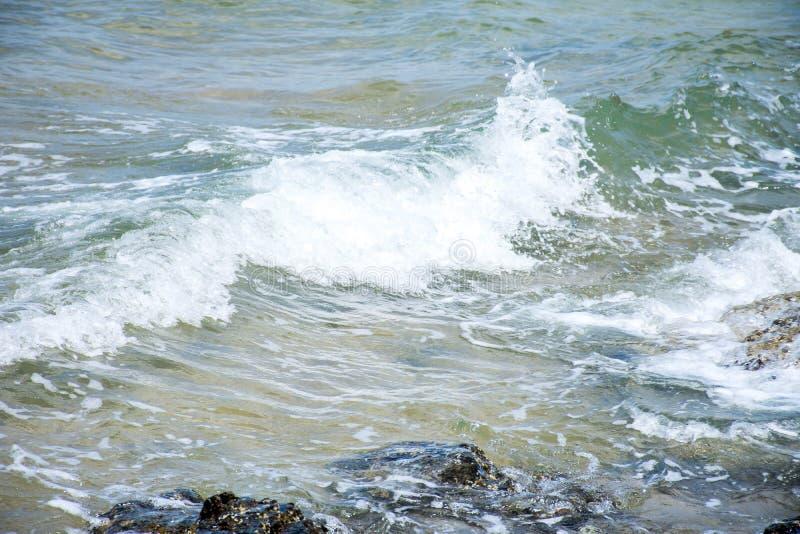 Le onde nel mare hanno colpito le rocce fotografia stock