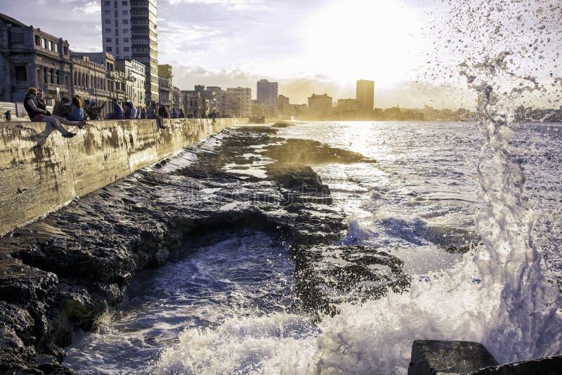 Le onde si schiantano lungo la costa a Avana, Cuba fotografia stock