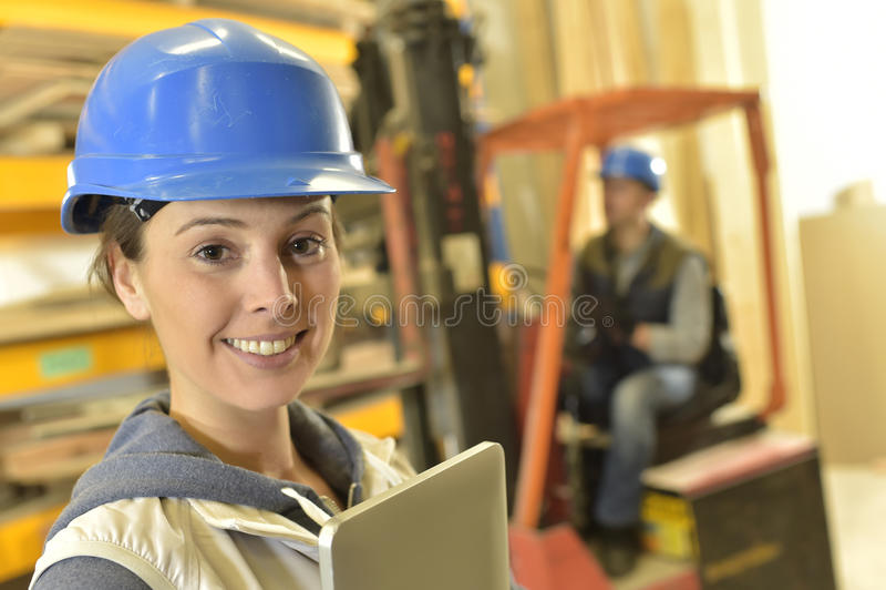 Le operatören i lagerarbete royaltyfri bild