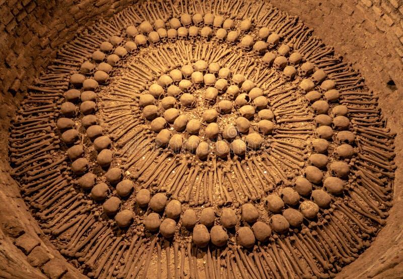 Le ossa hanno visualizzato in una disposizione circolare all'interno delle catacombe del san Francis Monastery fotografia stock