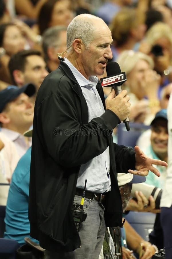 Le osservazioni di Brad Gilbert dell'analista di ESPN abbinano all'US Open 2016 a Billie Jean King National Tennis Center New Yor immagine stock libera da diritti