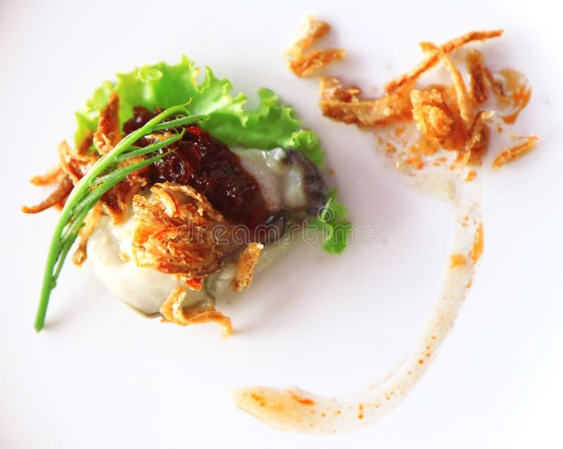 Le ostriche sono frutti di mare È carne cruda delle ostriche Servito su ghiaccio, verdure, salsa piccante, Leucaena, scalogni fotografie stock libere da diritti