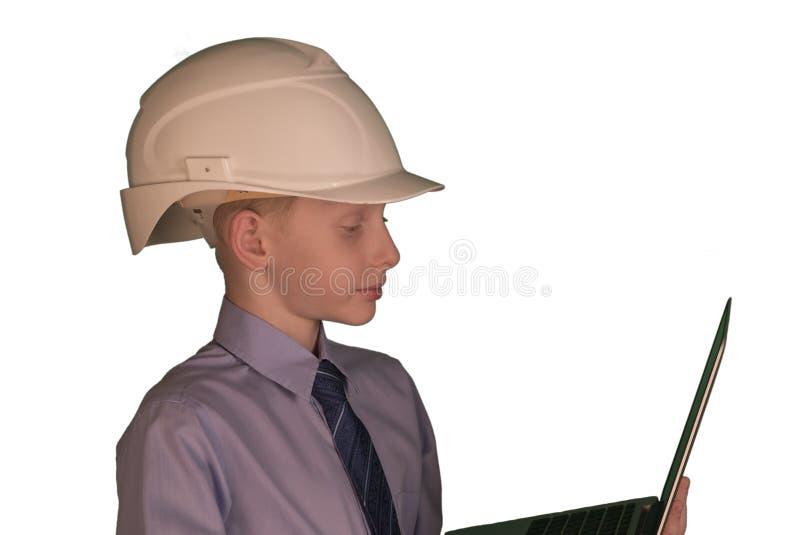 Le på den bärande vita hårda hatten och slipsen för pys med skjortan medan bakgrund arkivbilder