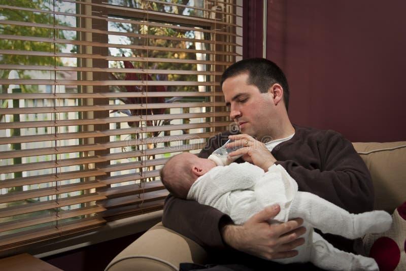 Le père alimente son fils image libre de droits