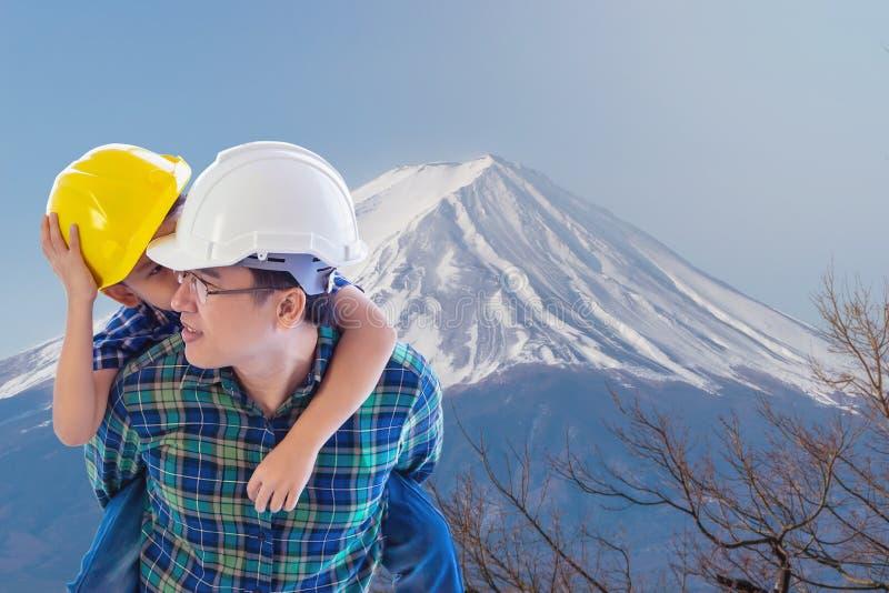 Le père bâtisseur transporte son fils à Fuji Japon pour le voyage et la famille Concept de la nature photo stock