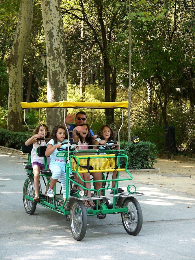 Le père de Séville Espagne le 28 juillet 2012 /A et ses filles prennent un r photographie stock
