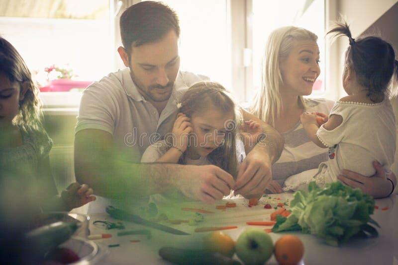 Le père enseignent des filles au sujet de légume photographie stock