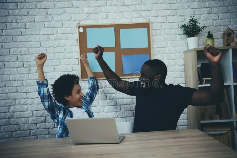 Le père et le fils d'afro-américain sont heureux image stock
