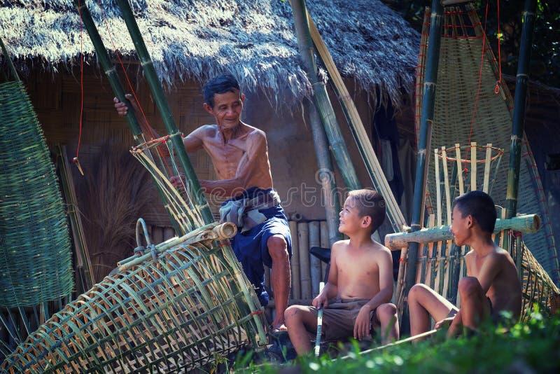 Le père et le fils de la Thaïlande travaillent le bambou fabriqué à la main de panier ou le f images libres de droits