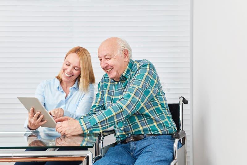 Le père et la fille ont l'amusement avec la tablette photos stock