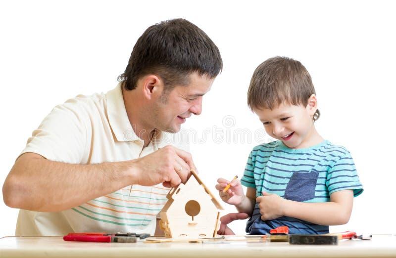 Le père et le fils font le pondoir ensemble photo stock