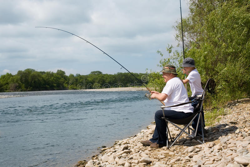 Le père et le fils vont pêcher photos libres de droits