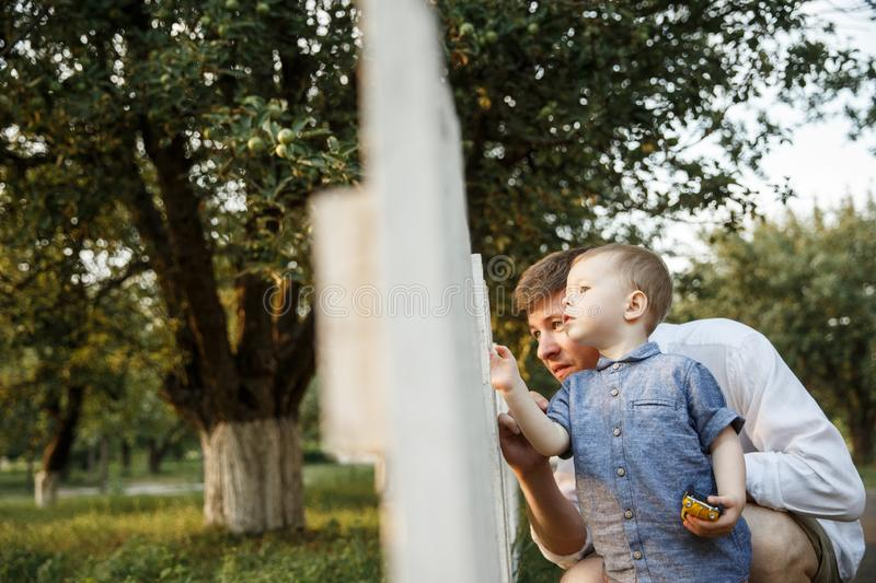 Le père et son fils marchent en parc photo stock