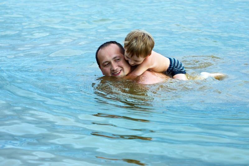 Le père flotte avec le fils photos stock