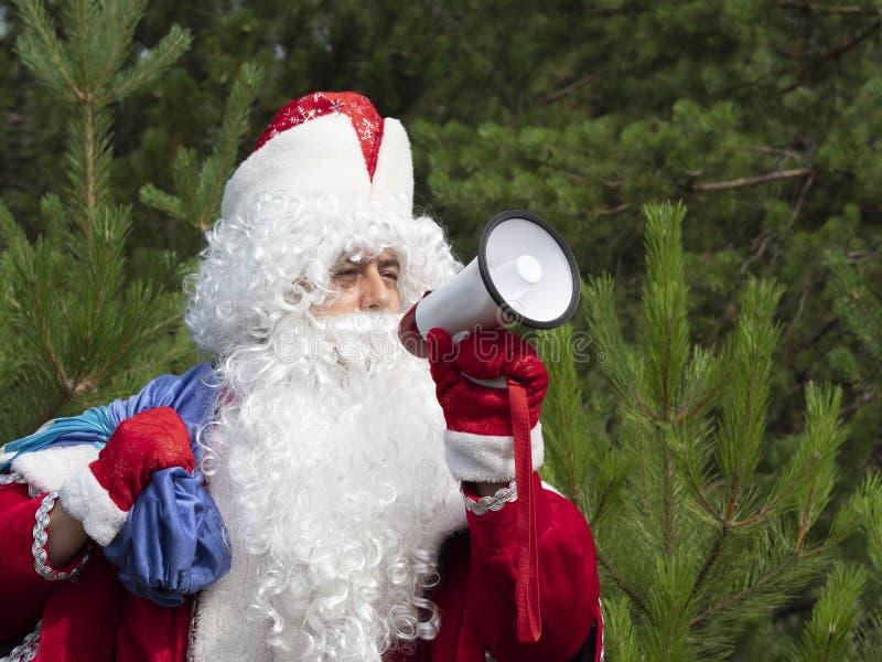 Le père Frost crie dans le mégaphone photos stock