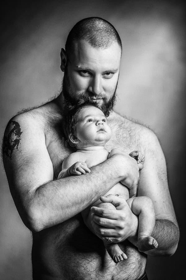 Le père heureux embrasse la fille nouveau-née de bébé images libres de droits