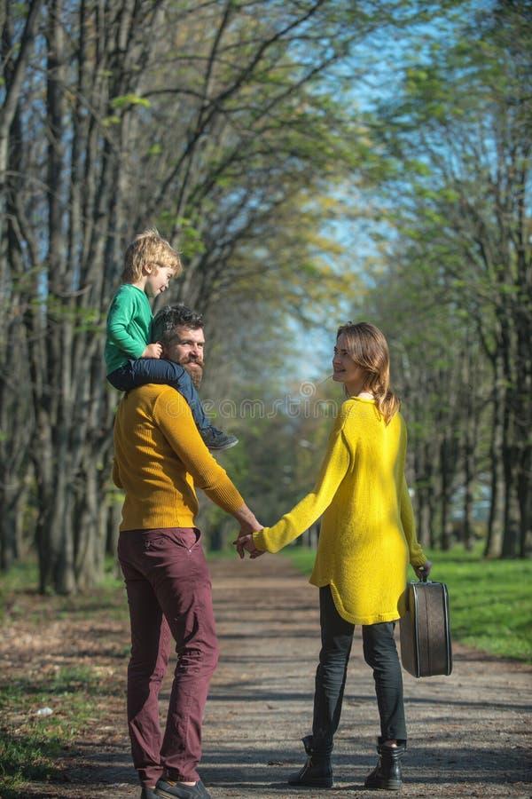 Le père, la mère et l'enfant partent en voyage Parents et petit fils en parc ayant l'amusement des vacances de famille Souhaitez- images libres de droits