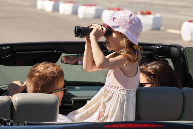 Le père, la mère et le descendant conduisent dans le véhicule image libre de droits