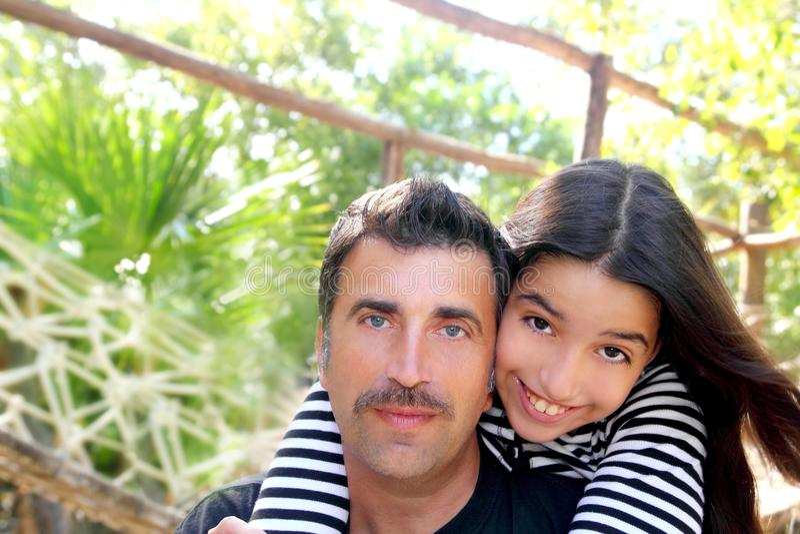 Le père latin hispanique et le descendant de l'adolescence étreignent le stationnement photo stock