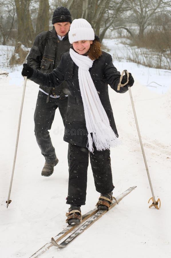 Le père, le descendant et skis. photo libre de droits