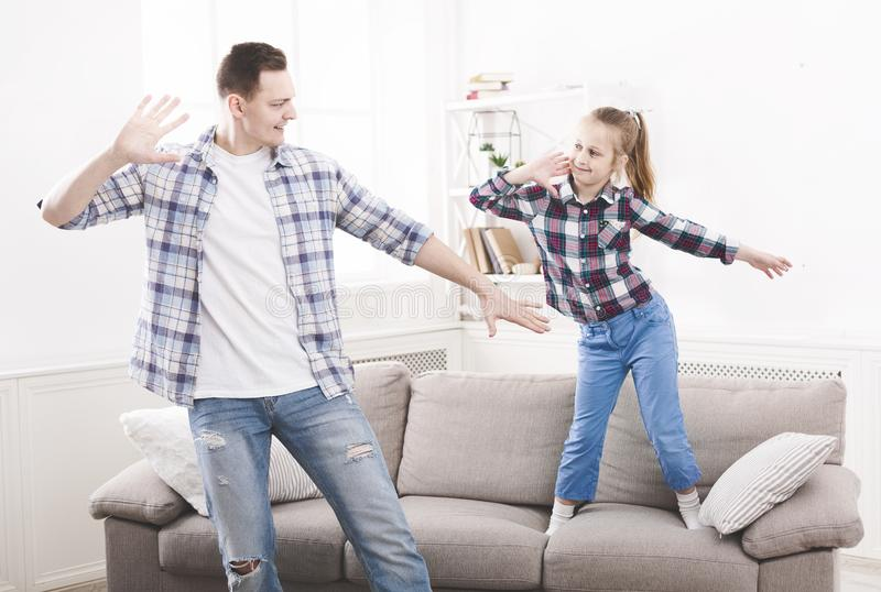 Le père montre des mouvements de danse à sa fille photo stock