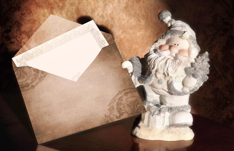 Le père noël avec l'enveloppe image stock