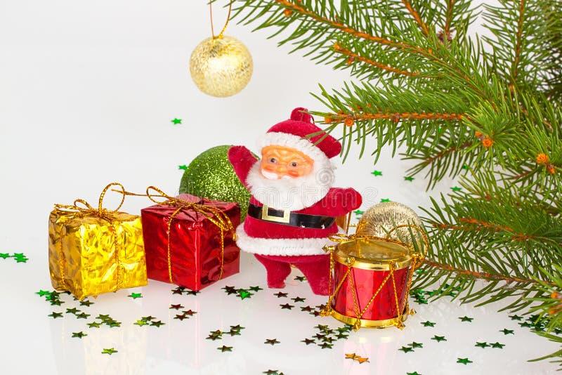 Le père noël avec les cadeaux et le tambour rouge photographie stock libre de droits