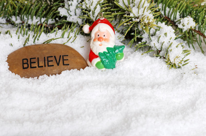 Le père noël et croient la pierre avec la neige images libres de droits
