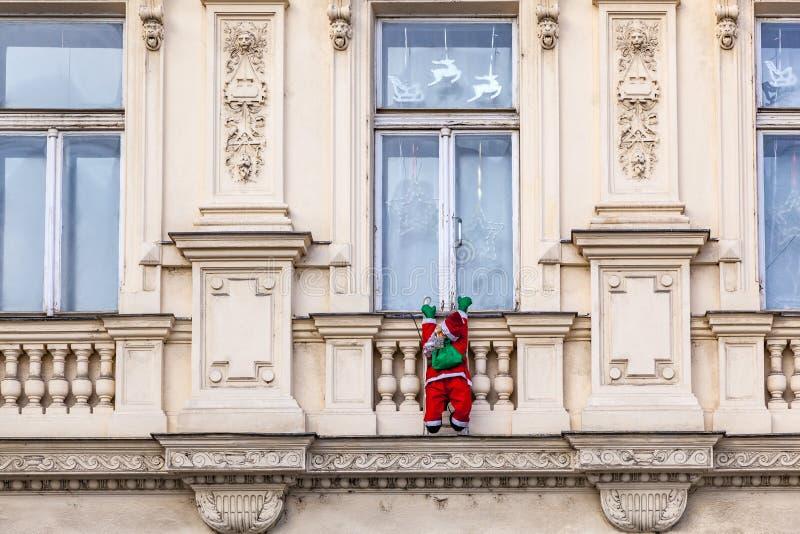 Le père noël monte vers le haut une façade photos stock